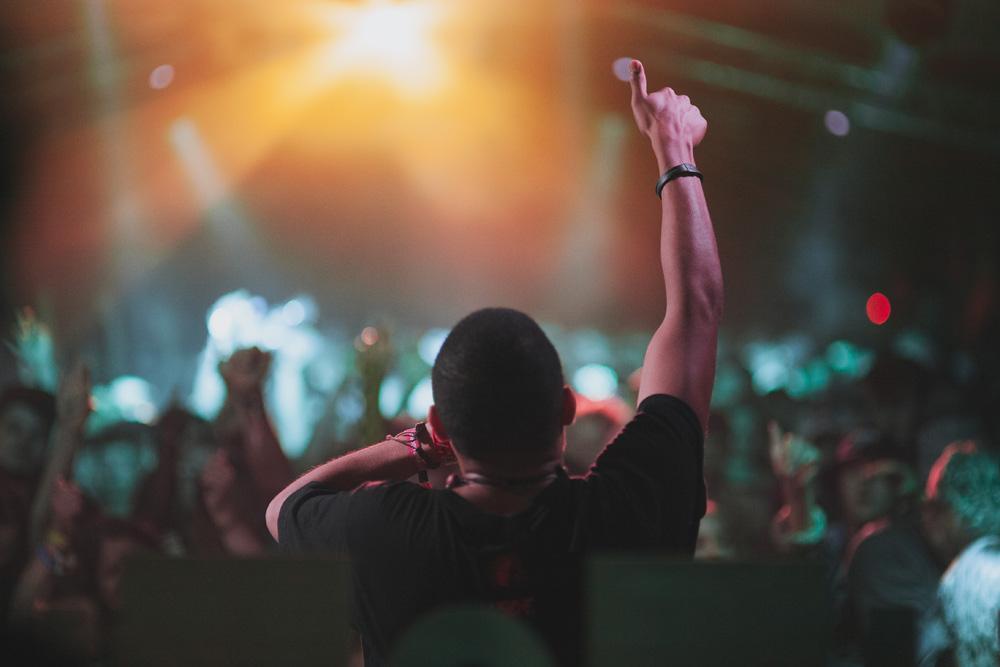 MC thumb in the air